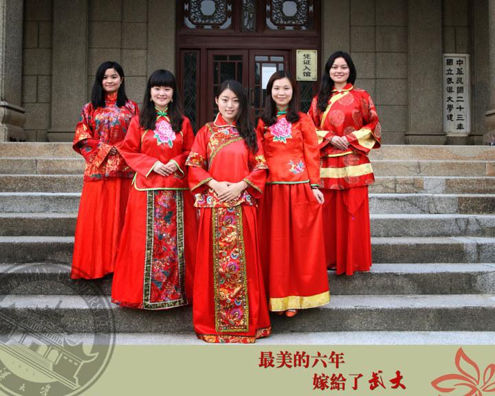 """武汉大学女研究生创意写真:身着古典喜服""""嫁给武大"""""""
